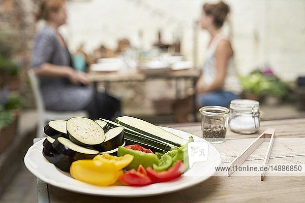 Teller mit Gemüse  bereit zum Grillen im Hinterhof