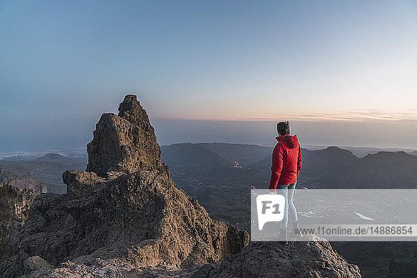 Spanien  Gran Canaria  Pico de las Nieves  Rückenansicht einer Frau  die einen Blick auf den Pico de las Nieves wirft