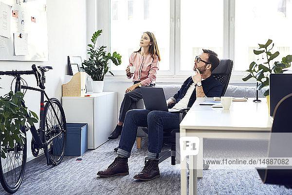 Zwei Kollegen beim Brainstorming im Amt