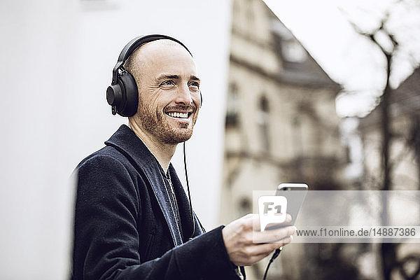Mann mit Kopfhörern  der Musik hört
