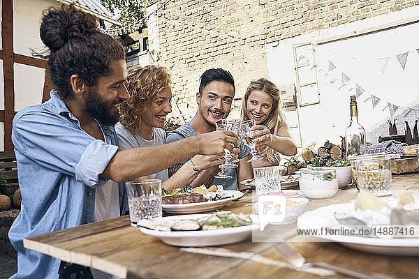 Freunde haben Spaß bei einer Grillparty  essen zusammen