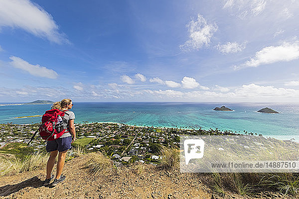 USA  Pazific Ocean  Hawaii  Oahu  Kailua  female hiker on the Lanikai Pillbox Trail  Kaiwa RidgeTrail  view to Na Mokulua  The Twin Islands