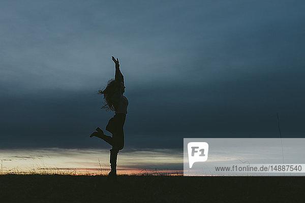 Silhouette einer Frau in der Natur bei Sonnenuntergang