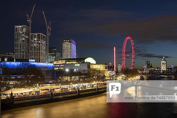 Vereinigtes Königreich  England  London  Queen Elizabeth Hall  Royal Festival Hall und London Eye at River Thames bei Nacht