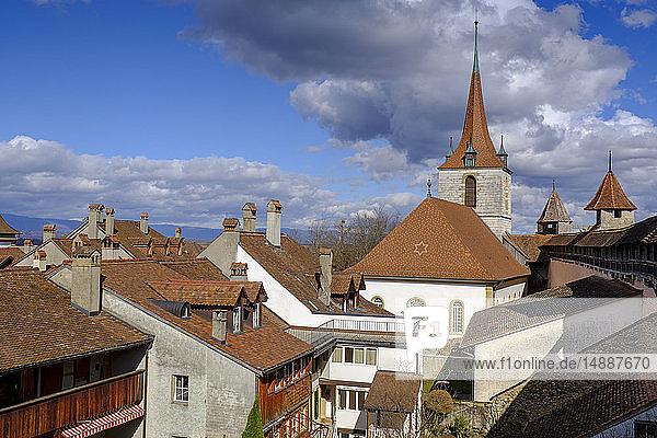 Schweiz  Freiburg  Murten  Blick über die Dächer der historischen Altstadt  mit deutscher Kirche