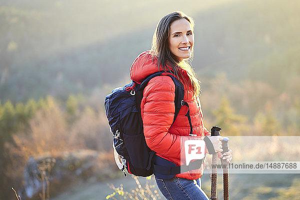 Porträt einer lächelnden Frau auf einer Wanderung in den Bergen