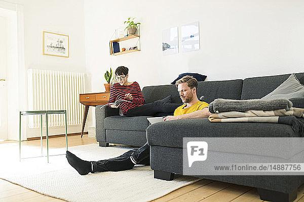 Lässiges Paar entspannt zu Hause im Wohnzimmer