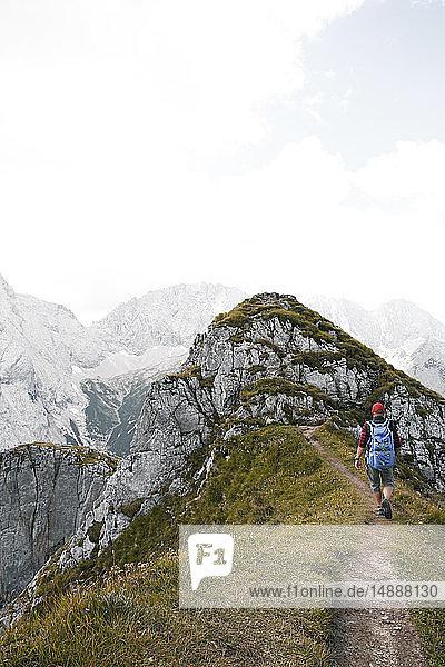 Österreich  Tirol  Mann wandert auf Bergweg