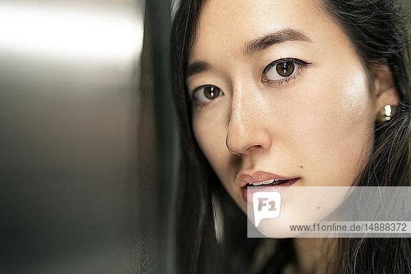 Bildnis einer jungen Frau mit braunen Augen