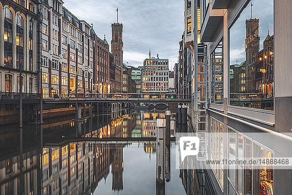 Deutschland  Hamburg  Bleichenfleet am Abend mit festlicher Beleuchtung