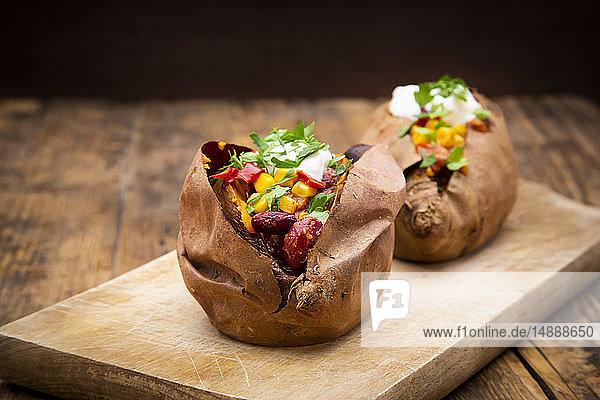 Süßkartoffel-Kumpir mit Chili con Carne  Sauerrahm und Koriander