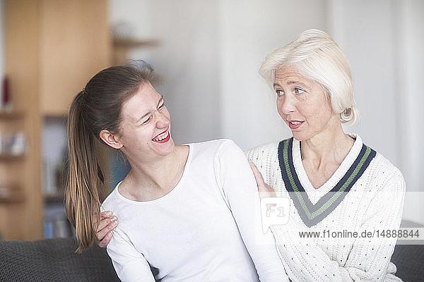 Besorgte reife Frau sieht ihre erwachsene Tochter an