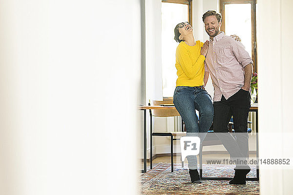 Glückliches Paar amüsiert sich gemeinsam in stilvoller Wohnung