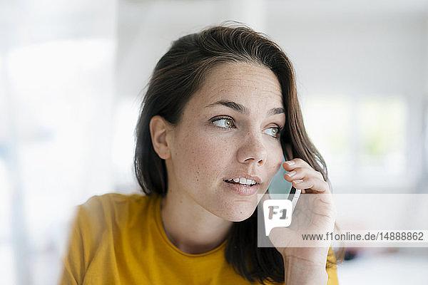 Hübsche Frau mit Mobiltelefon  Portrait
