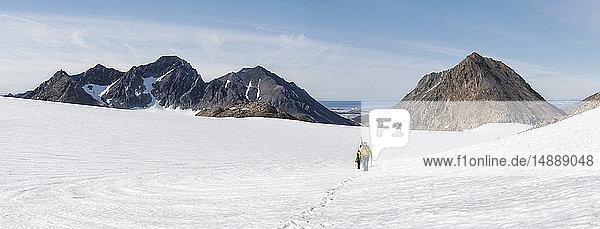 Grönland  Sermersooq  Kulusuk  Schweizer Alpen  Gruppe von Menschen  die im Schnee laufen