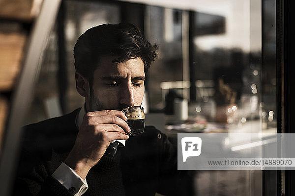 Geschäftsmann genießt seinen Kaffee