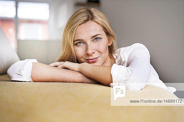 Schöne blonde Frau entspannt zu Hause