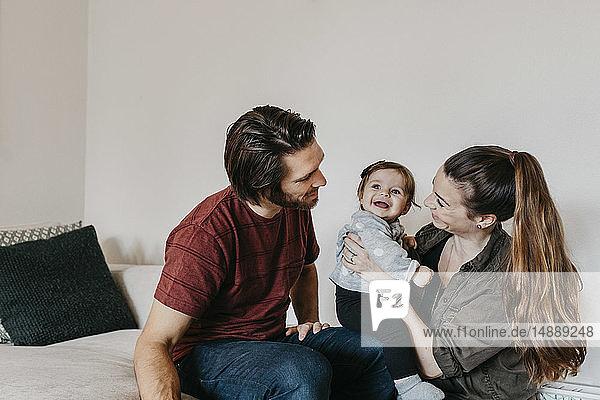 Glückliche Familie mit Mädchen zu Hause