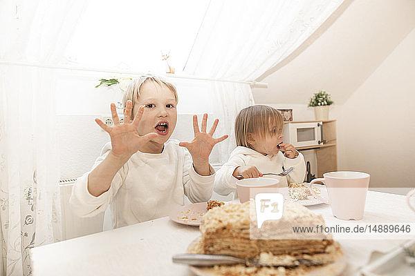 Kinder essen Kuchen in der Küche einer Dachgeschosswohnung
