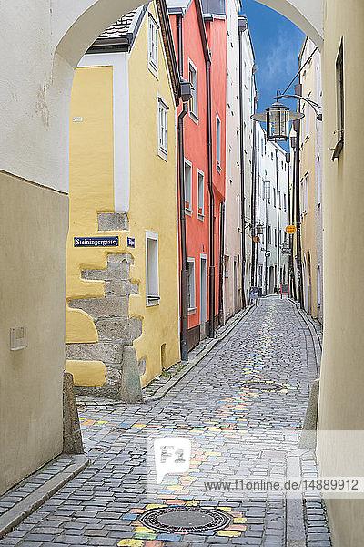 Deutschland  Passau  Blick in die Höllgasse in der Altstadt