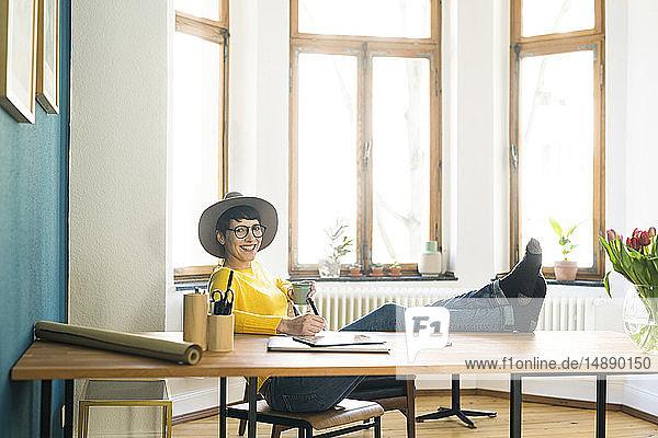 Porträt einer glücklichen  entspannten Geschäftsfrau im Home Office