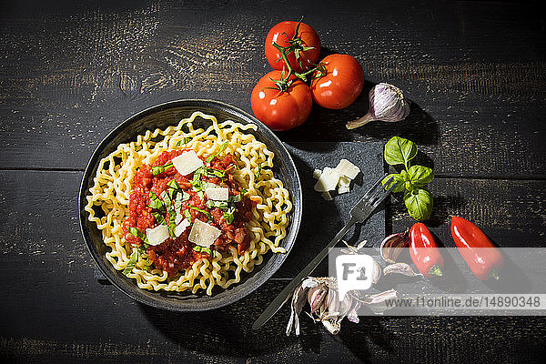 Pasta al Pomodoro  Fusilli lunghi mit Tomatensauce  Knoblauch  Basilikum  Parmesankäse und rotem Paprika