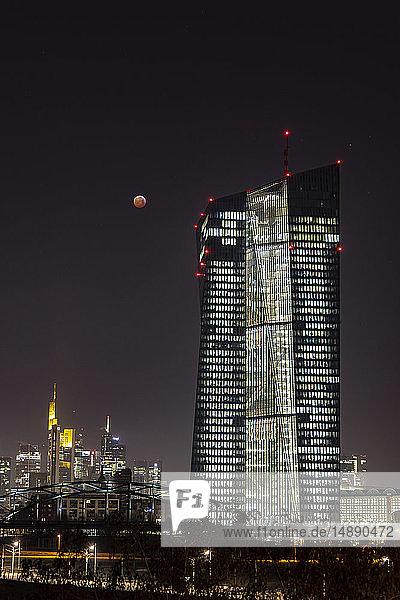 Deutschland  Frankfurt am Main  Blick auf die Europäische Zentralbank und die erleuchtete Skyline der Stadt bei der totalen Mondfinsternis