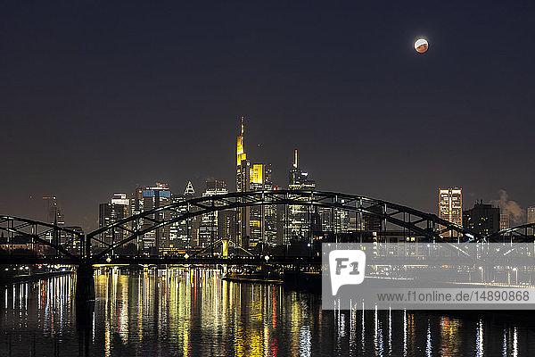 Deutschland  Frankfurt am Main  Blick auf beleuchtete Skyline mit Deutschherrn-Brücke bei totaler Mondfinsternis