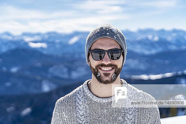 Deutschland,  Bayern,  Brauneck,  Porträt eines lächelnden Mannes im Winter in den Bergen, Deutschland,  Bayern,  Brauneck,  Porträt eines lächelnden Mannes im Winter in den Bergen