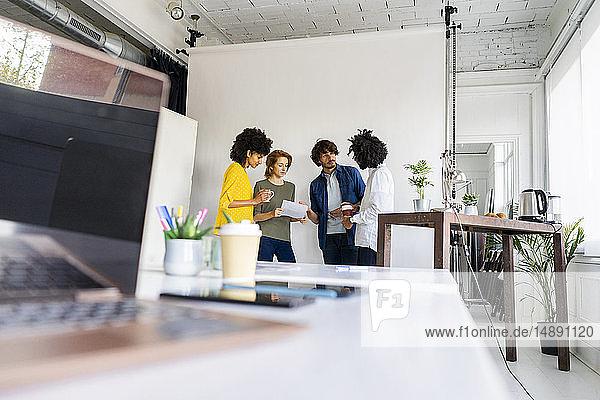 Jungunternehmer bei einem Treffen in ihrem Büro