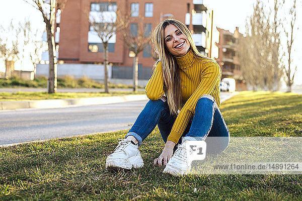 Porträt einer lächelnden jungen Frau mit gelbem Rollkragenpullover