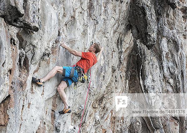 Thailand  Krabi  Lao Liang  Kletterer in Felswand