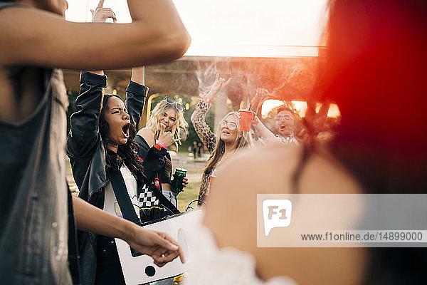 Multi-ethnische Freunde tanzen gemeinsam bei Musikfestival