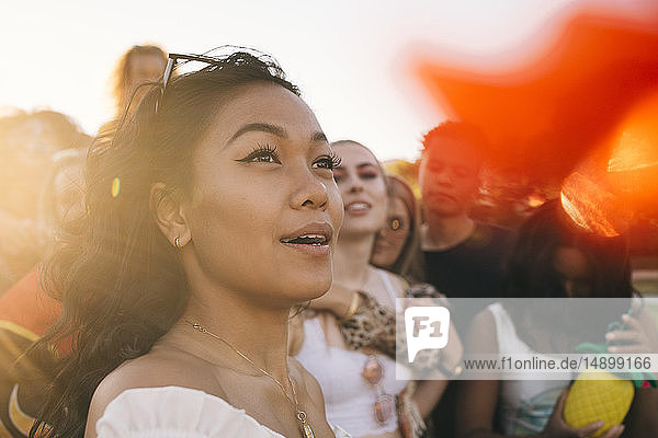 Lächelnde Frau in der Menge beim Musikfestival