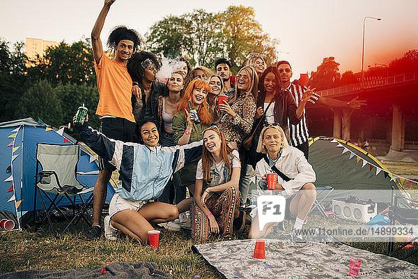Porträt glücklicher Freunde beim Zelten während einer Musikveranstaltung