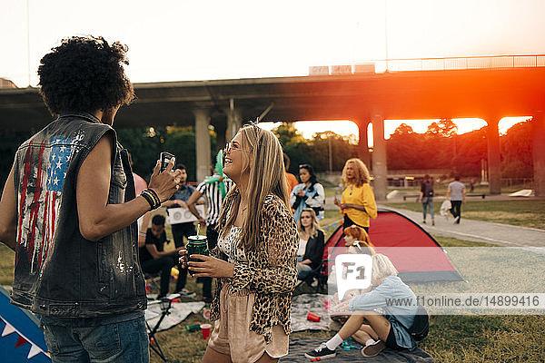 Mann und Frau unterhalten sich beim Spaß mit Freunden bei einer Musikveranstaltung