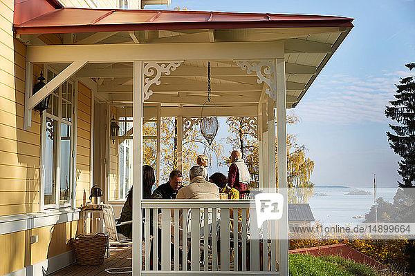 Ältere Freunde verbringen ihre Freizeit auf der Veranda