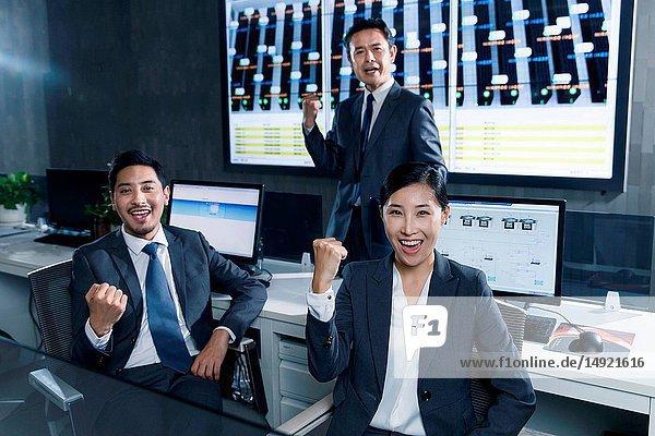 Geschäftsleute im Kontrollraum