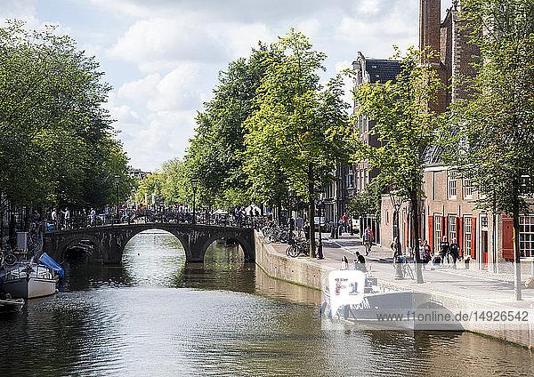 Amsterdam  Gracht und Oude Kerk  Niederlande