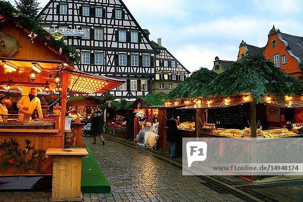 Christmas market at Marktplatz  historic part of Schwäbisch Hall  Schwäbisch Hall  Baden-Württemberg  Germany  Europe