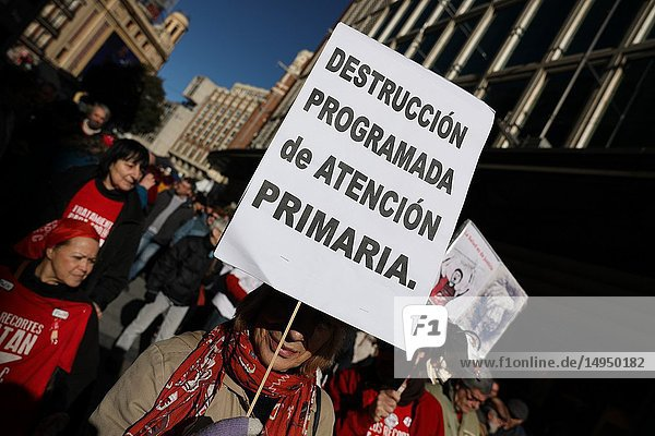 Banner claiming that current primary care improves. Since 12:00  the Marea Blanca health group has advanced from Callao to Sol  where a manifesto has been read for the improvement of primary health and the end of health cuts has been demanded.