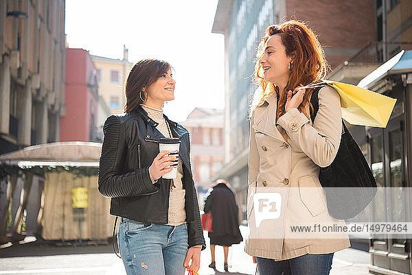 Weibliche Käuferinnen im Gespräch auf der Strasse  Arezzo  Toskana  Italien