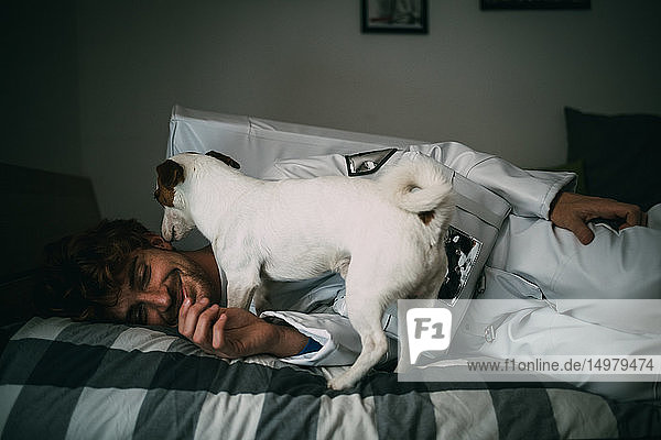 Haushund leckt Astronaut auf Bett