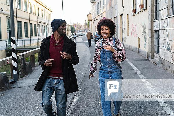 Cooles junges Paar geht durch die Stadtgasse