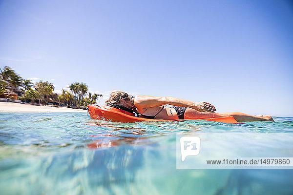 Surfer gleitet mit dem Gesicht nach unten im Meer  Pagudpud  Ilocos Norte  Philippinen