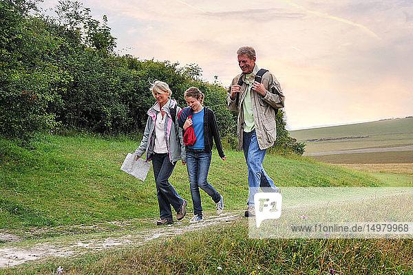 Dreiköpfige Familie erkundet Landschaft  Eastbourne  East Sussex  Vereinigtes Königreich