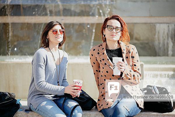 Freundinnen bei der Kaffeepause vor dem Springbrunnen  Arezzo  Toskana  Italien