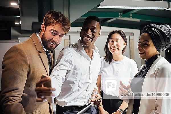 Geschäftsmann nimmt Team-Selfie ins Amt