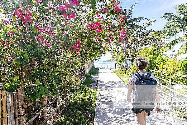 Frau erkundet Dorf  Insel Ginto  Linapacan  Philippinen