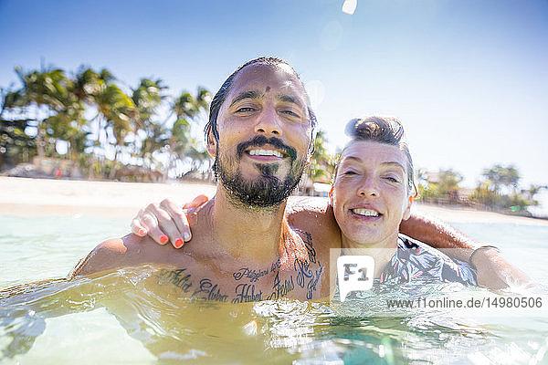 Ehepaar genießt das Meer  Pagudpud  Ilocos Norte  Philippinen
